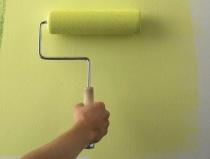 Использование валика для нанесения краски на стену